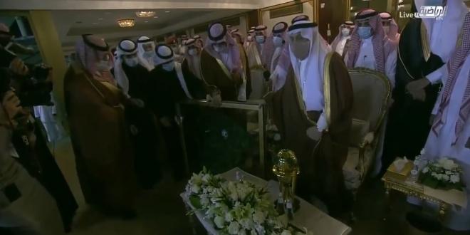 صورة وزير الرياضة يُهدي أمير الرياض قميص الأخضر