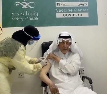 صورة فيديو.. خالد الفيصل يتلقى الجرعة الثانية من لقاح كورونا