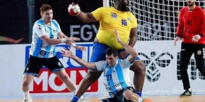 صورة شاهد .. وزن لاعب الكونغو الزائد يخطف الأضواء في مونديال اليد بـ مصر