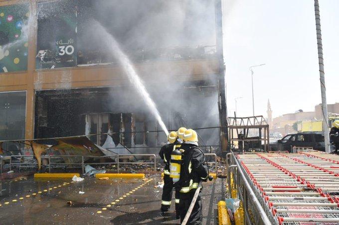 حريق يلتهم مركزًا تجاريًّا بحي العريجاء