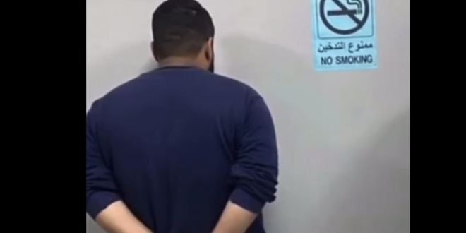 صورة ضبط مواطن ومقيم انتحلا صفة رجال أمن لسلب الوافدين في مكة