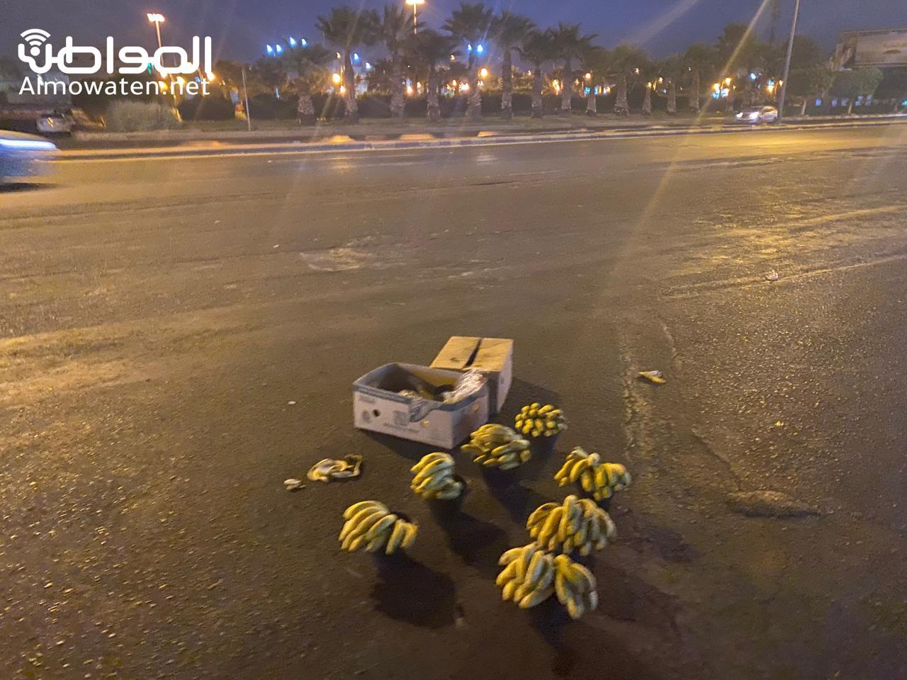 عمالة مخالفة تبيع خضروات وفواكه فاسدة ليلًا في خميس مشيط - المواطن