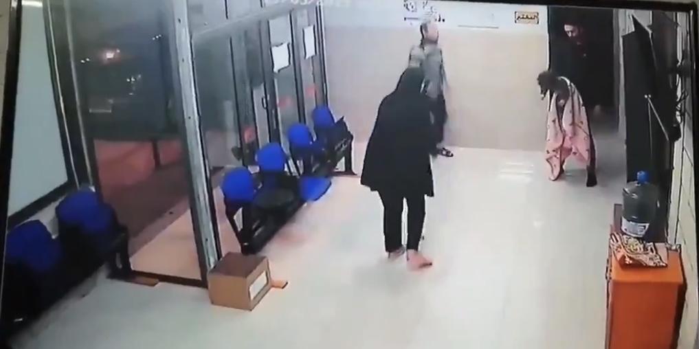 فيديو مؤثر.. طفلة مختنقة تعود للحياة بعد تدخل سريع من الطبيب