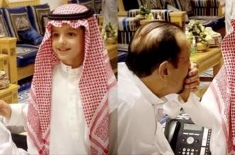 الملك سلمان مع حفيده عبدالعزيز بن خالد