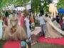 لحظة محرجة لعروسين من الفلبين بسبب رجل تحت فستان الزفاف !