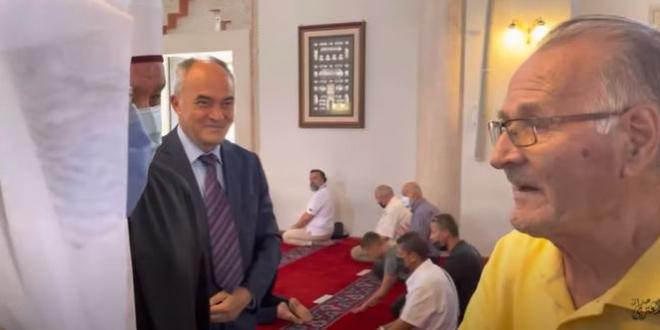 صورة مُسن بوسني يستوقف وزير الشؤون الإسلامية خلال زيارته مسجدًا بسراييفو ويحمله رسالة