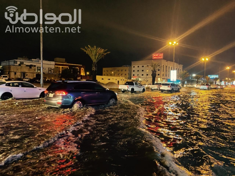 سوء تصريف مياه الأمطار يتسبب في تعطل المركبات بخميس مشيط - المواطن
