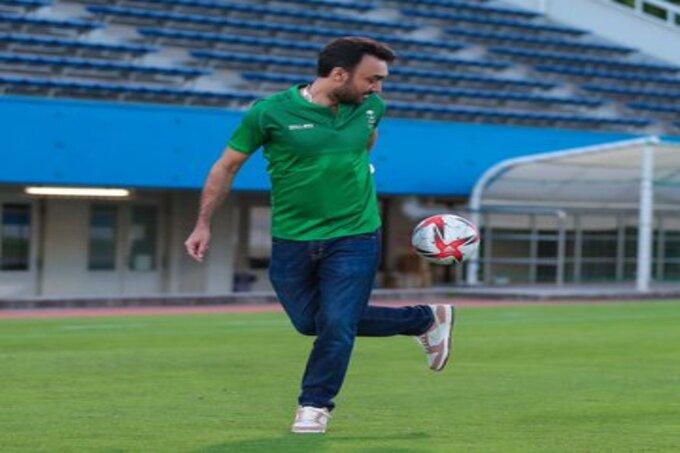 وزير الرياضة يداعب الكرة