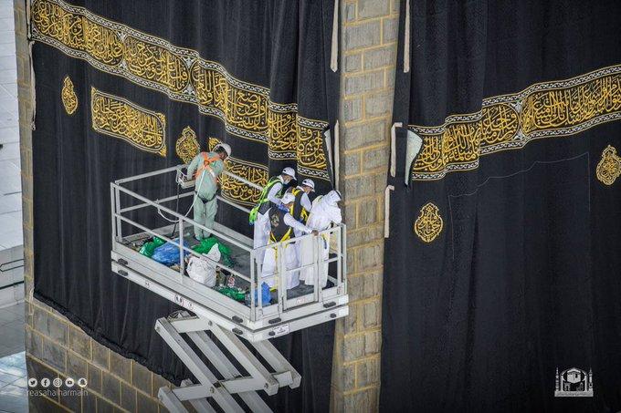 شؤون الحرمين تستبدل ثوب الكعبة المشرفة - المواطن