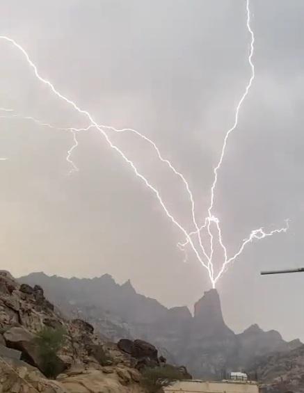مشهد يخطف القلوب.. صاعقة رعدية تضرب جبل شدا في المخواة - المواطن